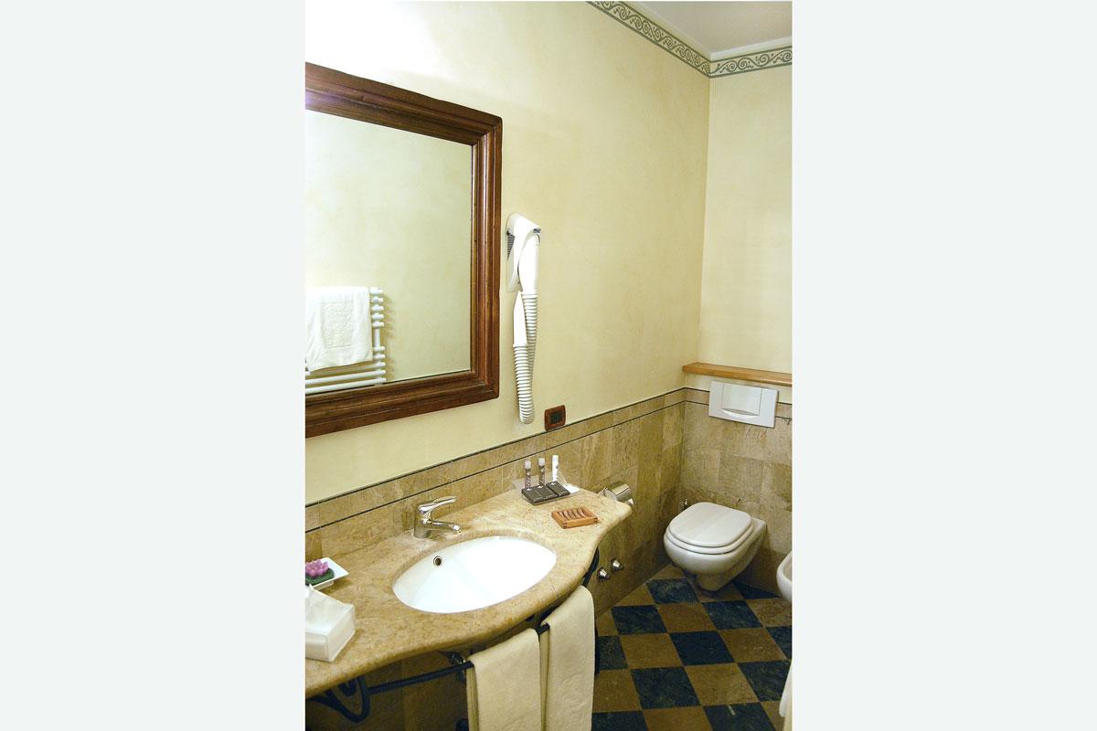 Bagno della camera standard del Resort Le Case a Macerata