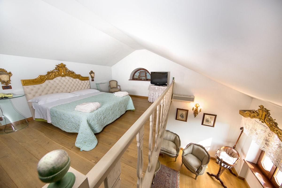 Suite con soppalco e salottino del Resort Le Case a Macerata.