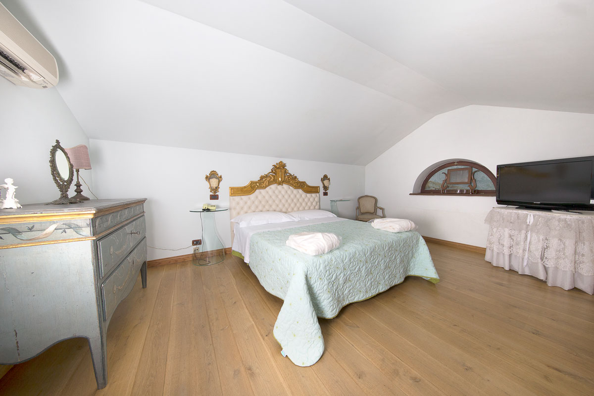 Suite romantica del Resort Le Case a Macerata.