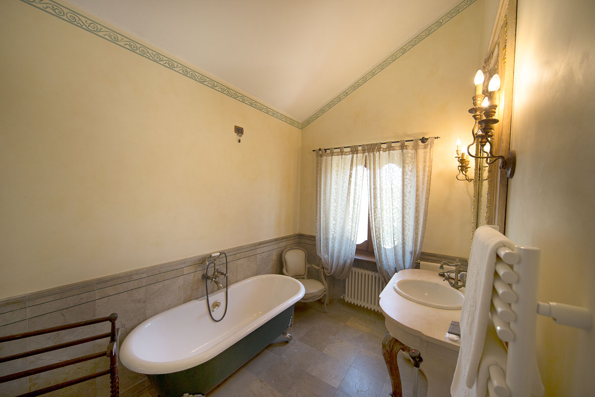 Bagno della suite del Resort Le Case a Macerata